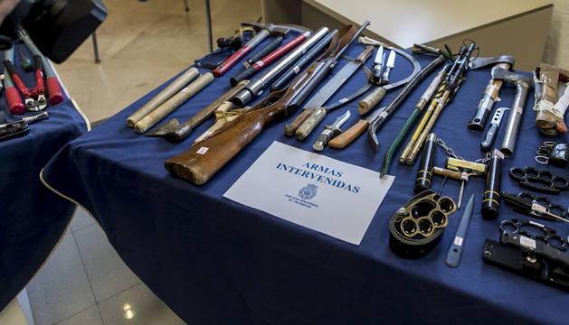 Armas de muy diversa procedencia incautadas en Navarra y expuestas en la comisaría de la Policía Nacional en General Chinchilla, Pamplona.