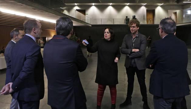 La presidenta Aznárez (Podemos) habla, desde la izquierda, con Sánchez de Muniáin y Esparza (UPN); Garmendia (PSN); y Ramírez y Araiz (Bildu).