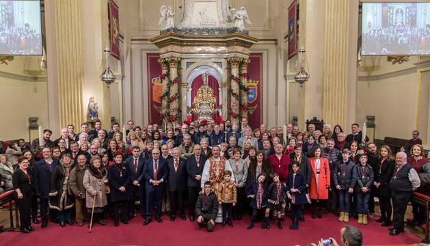 Nuevos y anteriores integrantes de la Corte de San Fermín posaron junto a la imagen del patrón y el párroco de San Lorenzo, Javier Leoz, al término de la ceremonia.