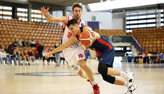 Lautaro Tomás Lopez, del Baskonia, intenta controlar el balón defendido por Iñaki Narros.