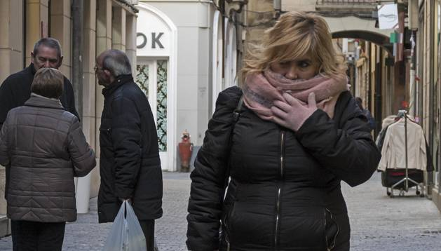 Una mujer se protege del frío de los últimos días en Estella.