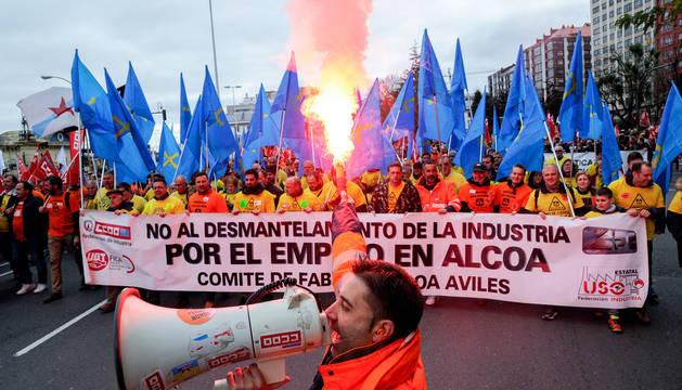 Miles de personas han participado esta mañana en A Coruña en una gran manifestación contra el cierre de las plantas de Alcoa en Avilés y en A Coruña.