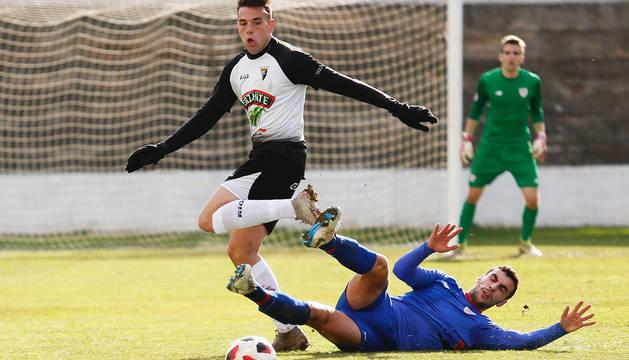El defensa del Bilbao Athletic Jon Sillero le arrebata el balón al delantero del Tudelano Toni Gabarre en el partido de ayer.