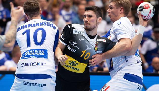 Dos islandeses frenan el intento de lanzamiento de Alex Dujshebaev.