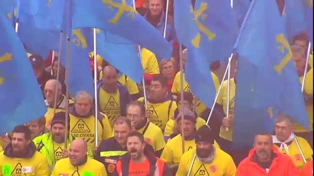 Miles de personas salen a la calle en A Coruña para tratar de parar el cierre de Alcoa