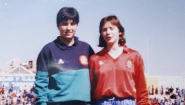 Paula Kasares e Itziar Bakero posan el 6-3-1988 en Palma del Río, Córdoba, antes de un España-Francia que terminó 1-3.