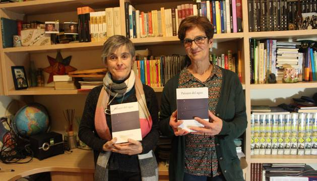 Las hermanas Asun (izda.) y Blanca Eslava Vidondo posan con el libro del que son coautoras.