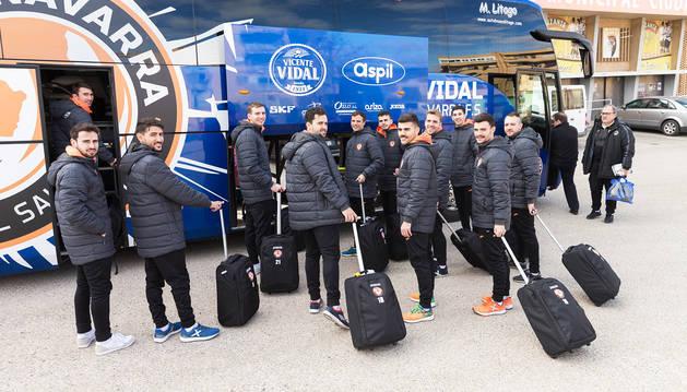 Los jugadores del Aspil-Vidal Ribera Navarra posaron con las maletas justo antes de subirse al autobús camino de Ferrol en el parking del Ciudad de Tudela.