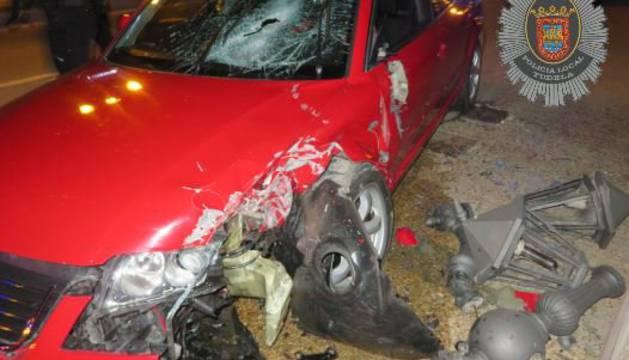 Un conductor ebrio ha derribado una farola del puente del Ebro en Tudela