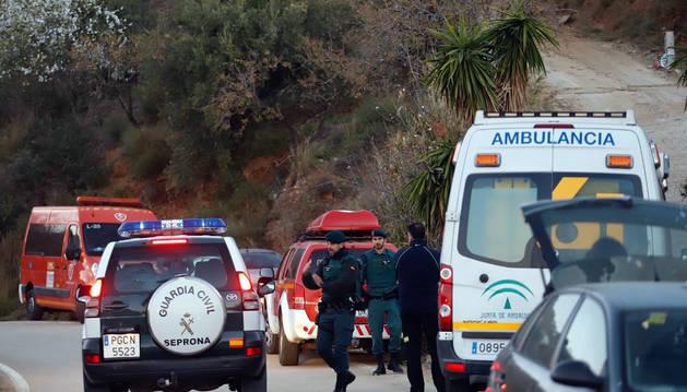 Bomberos y servicios  de emergencia siguen tratando de buscar al niño caído en un pozo de cien metros en Málaga.