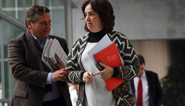 Miguel Pulido (letrado mayor del Parlamento) y Ainhoa Aznárez, este lunes en la Cámara foral