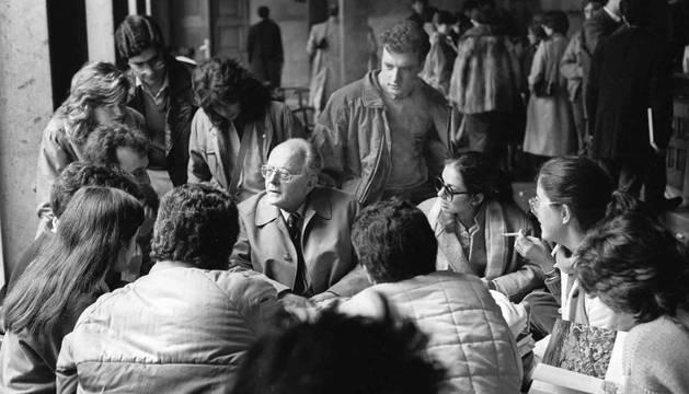 Luka Brajnovic junto con alumnos, en la cafetería Faustino de la Universidad de Navarra en 1995.