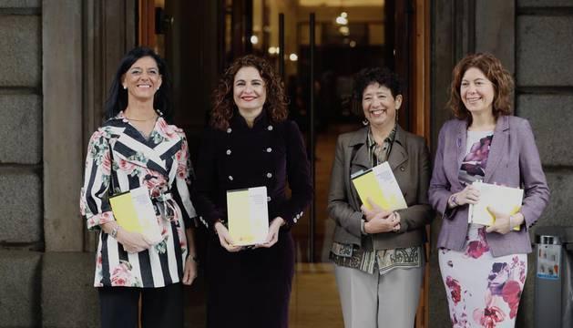 La ministra Montero entrega en el Congreso los Presupuestos de 2019