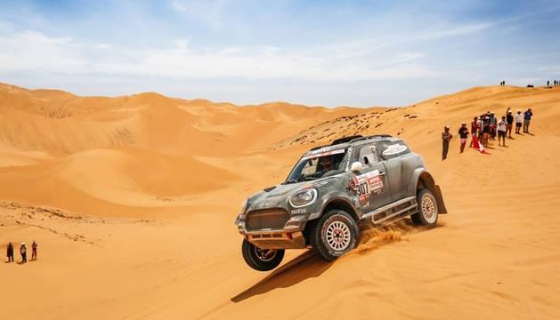 El piloto español Nani Romá conduce su Mini durante una etapa del Dakar 2019.