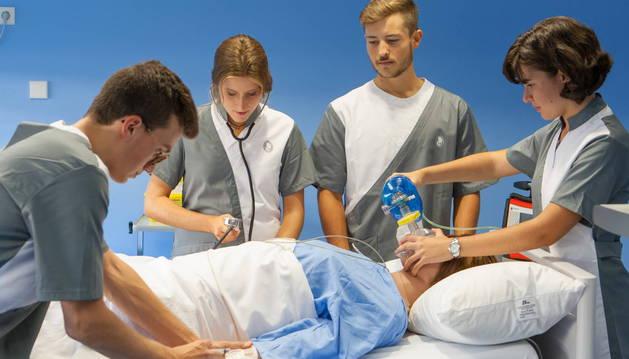 Los alumnos actuan ante un caso 'real' en el centro de simulación de Enfermería de la Universidad de Navarra.