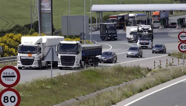 Camiones y coches atraviesan el peaje de Zuasti, en la AP-15.