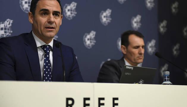 Carlos Clos Gómez y Velasco Carballo, durante la rueda de prensa en la Ciudad del Fútbol para hacer balance de la utilización del VAR.