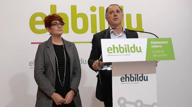 foto de Adolfo Araiz y Bakartxo Ruiz, parlamentarios de EH Bildu, en la rueda de prensa.