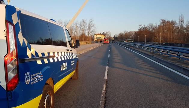 foto de Puente del Vergel desde el que se ha desplegado la pancarta en apoyo al Gaztetxe Maravillas