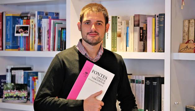 Ekaitz Santazilia con un ejemplar de Fontes, la revista que dirige, en su domicilio pamplonés.
