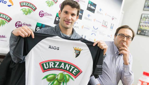 Ruper posa con la camiseta del CD Tudelano, junto al presidente del club, Jesús Miranda.