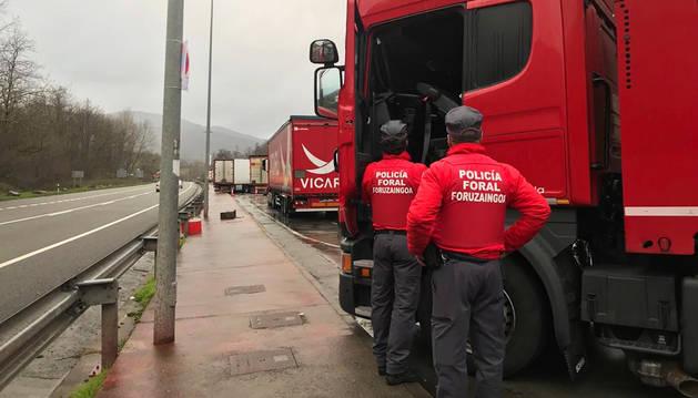 Dos agentes de la Policía Foral durante el control efectuado al camionero en Santesteban.