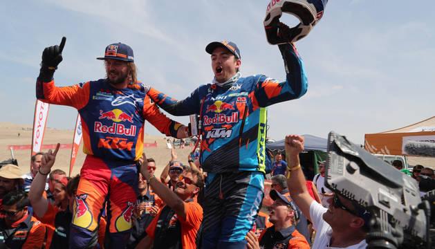 El australiano Toby Price, a la izquierda, y el austríaco Matthias Walkner, a la derecha, celebran tras quedar en primer y segundo lugar, respectivamente, del Rally Dakar 2019 en la modalidad de motos.
