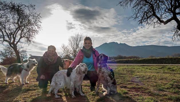 Aitziber de la Vega Salegui y Yolanda Sanromán Elexpuru, en los terrenos de Ayegui donde construirán en los próximos meses la residencia canina ala que han llamado Kan-gurea.