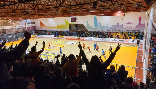 Los aficionados naranjas celebran, desde la grada, uno de los dos goles de Javivi.