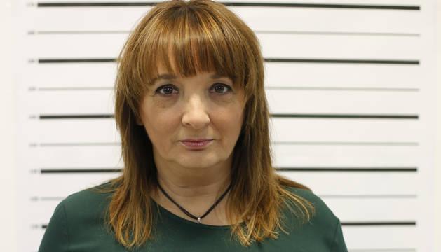 Susana Rodríguez Lezaun, periodista, escritora, correctora y directora del festival, posa de manera similar a como lo hacen los delincuentes cuando son detenidos.