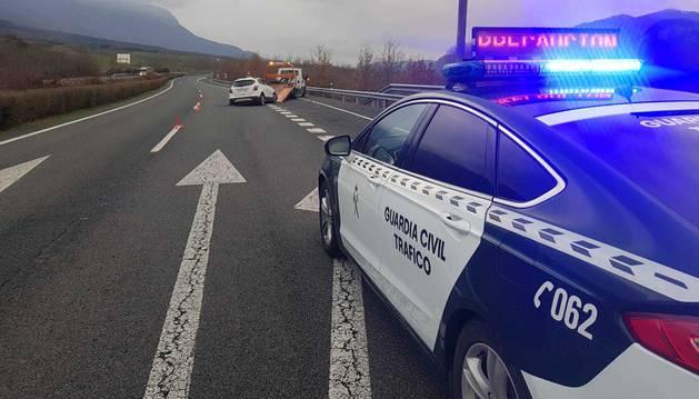 foto de Un coche de la Guardia Civil de Navarra atiende un accidente