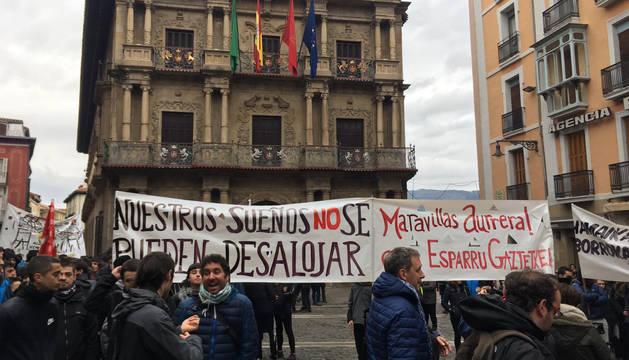 Parte de la manifestación de apoyo al gaztetxe Maravillas por las calles de Pamplona, este sábado.