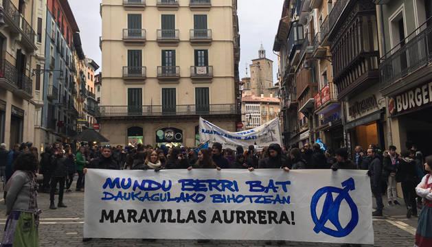 Manifestantes respaldas el gaztetxe Maravillas en una marcha por Pamplona.