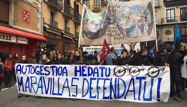 Imagen de la cabeza de la manifestación de apoyo al Gaztetxe Maravillas de este sábado.