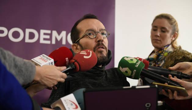 El secretario de Organización de Podemos, Pablo Echenique, hace declaraciones a su llegada a la primera reunión de su comité de campaña con los líderes territoriales del partido.