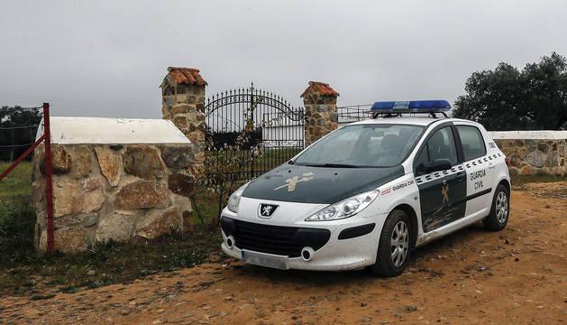 Un coche de la Guardia Civil en las inmediaciones de la finca 'La Lapa' donde un niño de cuatro años ha muerto al recibir un disparo durante una cacería.