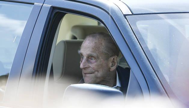 El duque de Edimburgo, implicado en un accidente de tráfico y visto sin usar el cinturón de seguridad.