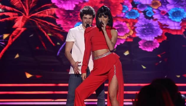 foto de Natalia Lacunza junto a Miki, en su actuación de la gala de Eurovisión.