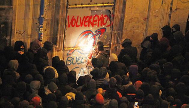 Momento en el que los 'okupas' abren el sábado por la noche una entrada en la puerta sellada con metal con una sierra rotaflex.