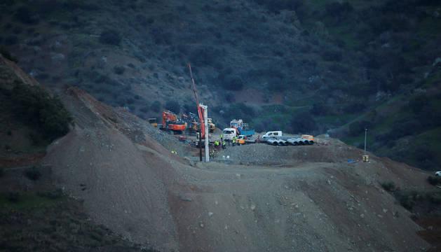 El grupo de rescate trabaja sin cesar en la perforación de una galería vertical paralela al pozo donde cayó Julen.