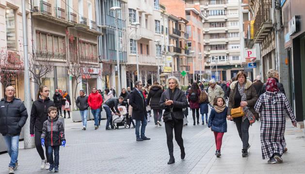 Numerosos vecinos por la calle Gaztambide- Carrera de Tudela.