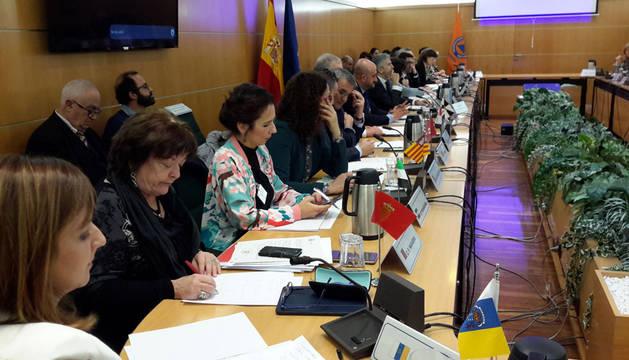 La consejera Beaumont, segunda en la imagen, en un momento de la reunión en Madrid.