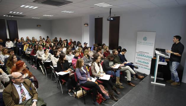 El maestro César Bona, ayer por la tarde en Foro Europeo (Cizur), ante más de 130 personas.