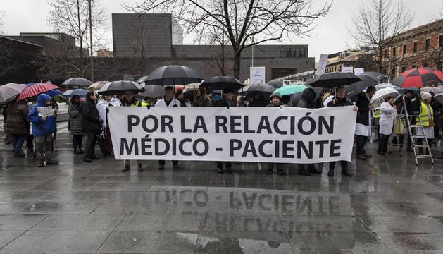 Médicos concentrados bajo la lluvía ayer, en la plaza del Baluarte de Pamplona.