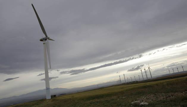 Imagen de un parque eólico en funcionamiento en Cabanillas, que contará con otro más que se iniciará en marzo.