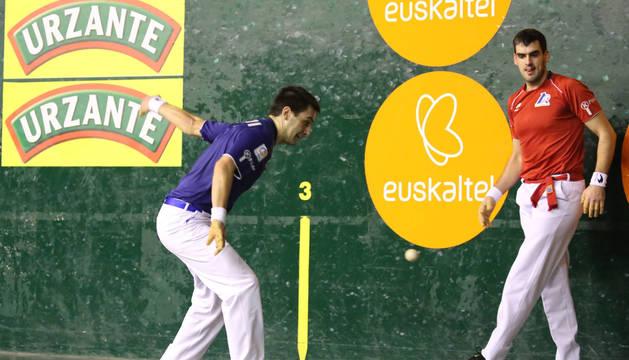Danel Elezkano se prepara a golpear la pelota, este viernes en Hendaya, frente a Ezkurdia-Galarza.