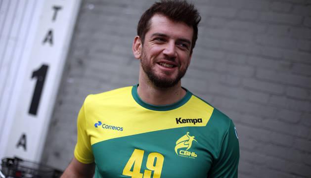 Raúl Nantes, este viernes en la puerta de Anaitasuna, luciendo la camiseta de la selección brasileña.