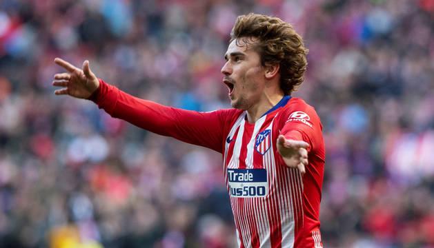 El Atlético gana y el Sevilla golea para apretar al Barcelona
