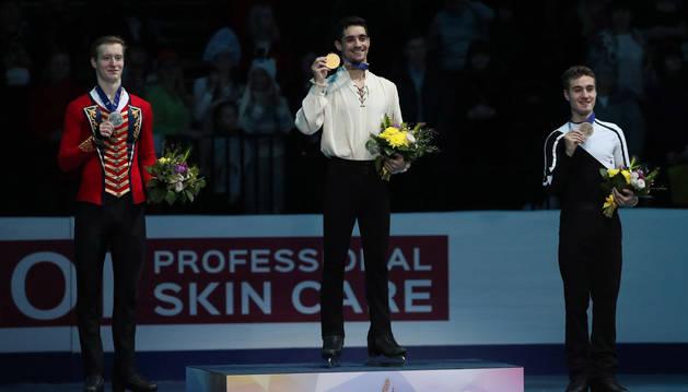 El patinador Javier Fernández, en lo alto de su último podio como campeón de Europa por séptima vez consecutiva.