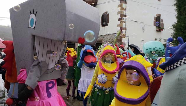 El mal tiempo y las bajas temperaturas no impidieron que decenas de vecinos de Sunbilla salieran a la calle para celebrar sus carnavales.